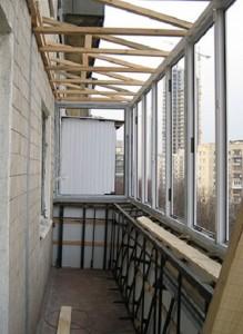 Фото: Установка обрешетки над балконом