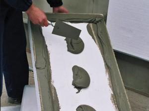 Фото: Нанесение клеящего вещества на пенопластовый лист