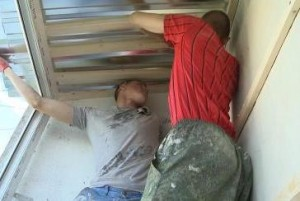 Фото: Замена старого покрытия над балконом