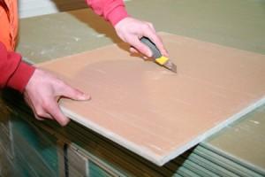 Фото: Резать гипсокартонные листы можно обычным канцелярским ножом