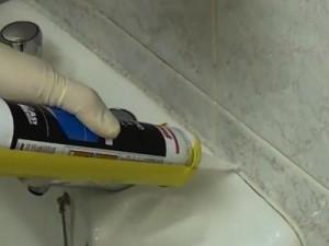 Фото: Устранение щелей герметиком