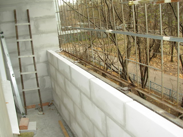 Для утепления балкона лучше пеноблоками или утеплителем..