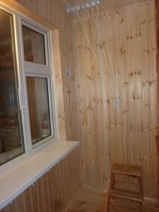 Фото: Утепленный балкон - здесь можно устроить зону отдыха, кабинет, зимний сад